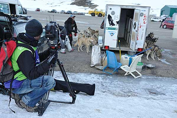 Al fondo Lázaro Martínes (Lázaro´s Team) el favorito en la categoría de perros nórdicos. (Foto: Jordi Feliú).