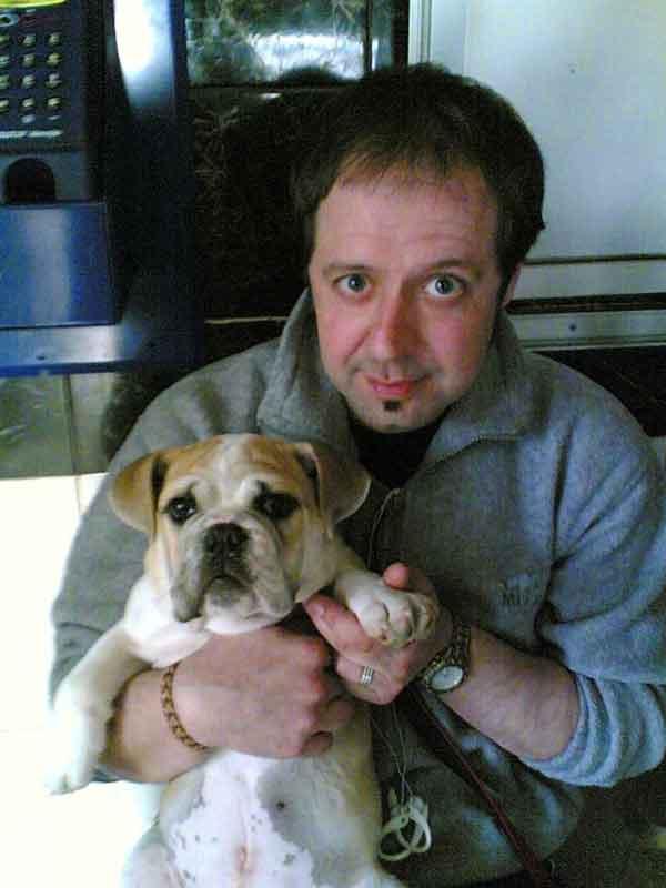 Un perro muere en un vuelo Sevilla-Mallorca. La compañía Air Berlín ocultó el cadáver del animal hasta que se fueron el resto de pasajeros y ofreció al dueño una compensación en forma de bono de 100 € para volar de nuevo con ellos.