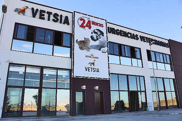 Abre en Madrid el primer hospital de especialidades veterinarias. El nuevo hospital VETSIA es pionero en la utilización de nuevas técnicas como la rehabilitación o el diagnóstico por imagen para animales.