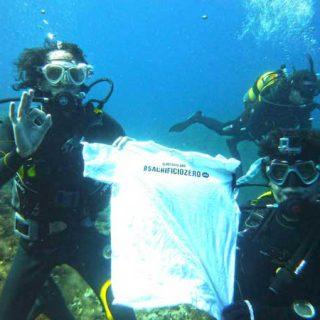 #sacrificiozero. El Refugio se sumerge a 30 metros de profundidad en las aguas de la isla de Ibiza para pedir que cese el sacrificio de animales abandonados en la Comunidad de Madrid.
