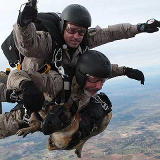La Brigada Paracaidista ejecuta con éxito su primer lanzamiento en caída libre en tándem y con perros
