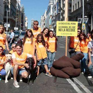 El Refugio planta una descomunal caca en plena Gran Vía, para denunciar la actitud de las personas que no recogen las cacas de sus perros