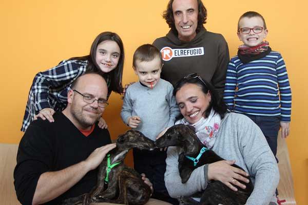 Blinder y Pisper, los galguitos rescatados por El Refugio, nos felicitan la Navidad desde su nuevo hogar.