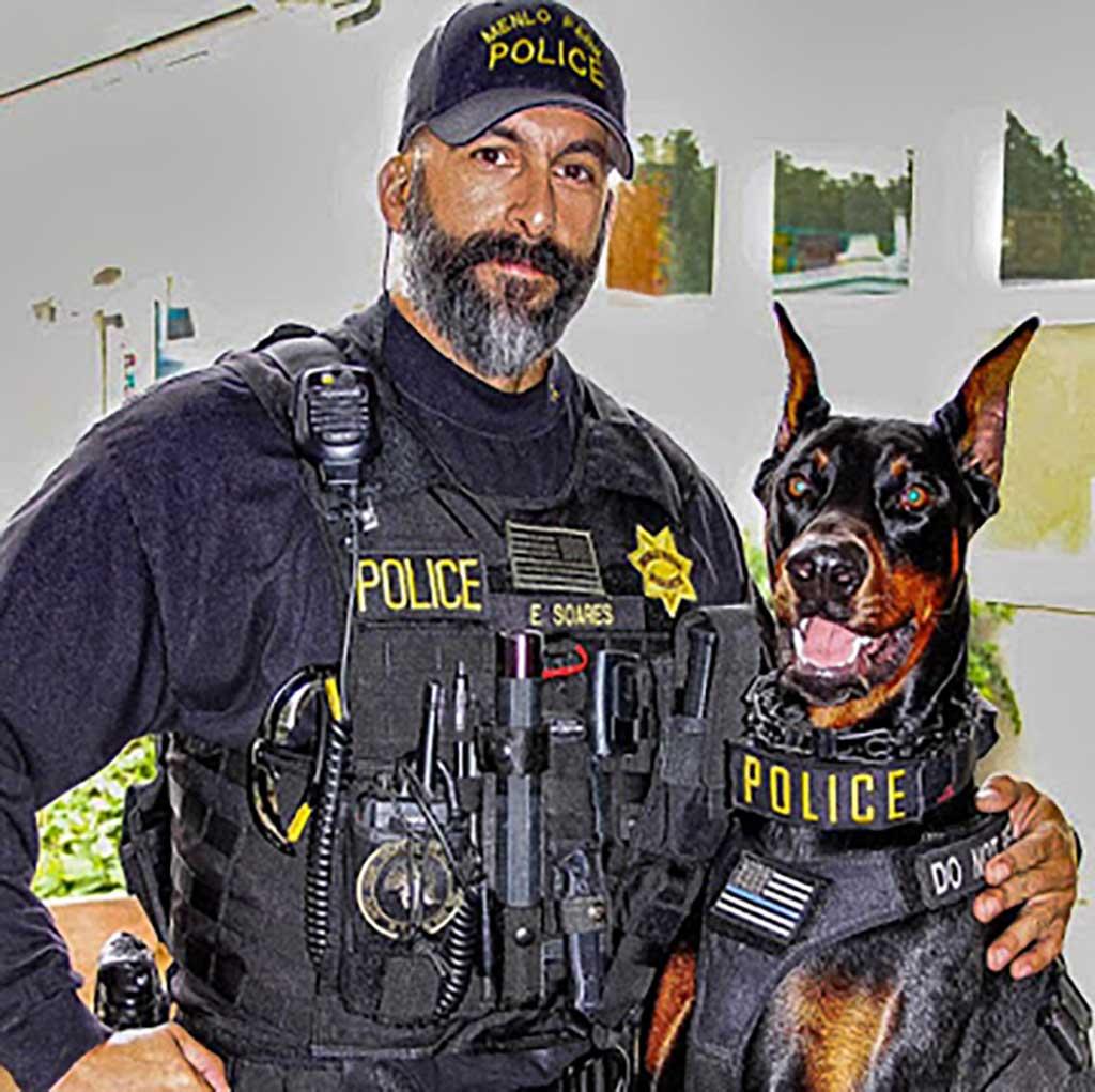 """Servicio Uniformizado K-9 : """"Duke"""", Doberman del sargento detective Ed Soares de Menlo Park, California."""