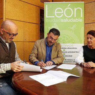 Ayuntamiento y empresarios veterinarios firman un convenio para desarrollar actividades sobre la tenencia responsable de mascotas.