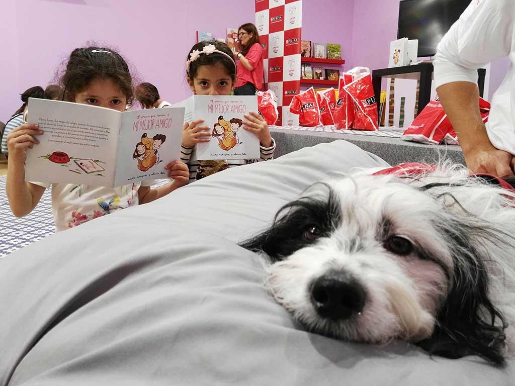 Taller de lectura con perros en la Feria del Libro de Madrid 2018.