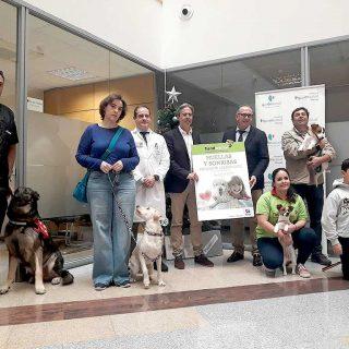 Pacientes de Quirónsalud Málaga reciben la visita de perros por Nochebuena.