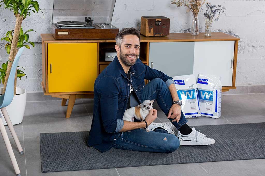 Roberto Leal dona 1 tonelada de alimentos a la protectora Animal Rescue España.