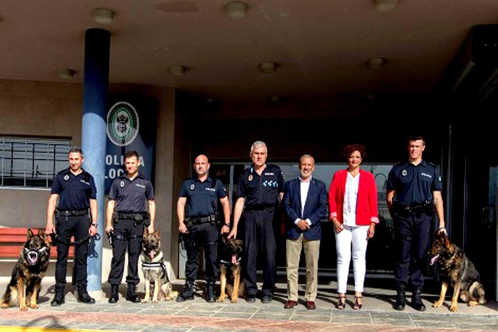 LETIPharma dona su vacuna LetiFend a la Policía Local de Vera (Almería) para prevenir la leishmaniosis canina , tras la muerte del perro 'antidroga' Azorg.