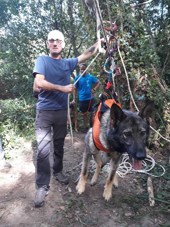 La especialidad del mantrailing consiste en seguir el rastro de una persona concreta a través de su olor individual, mediante la utilización de perros rastreadores.